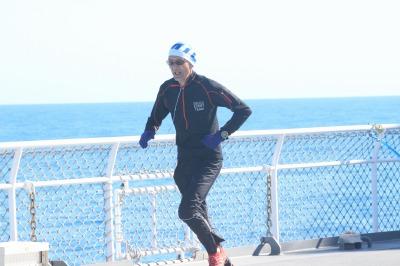 しらせ甲板を走る(撮影:島袋羽衣)