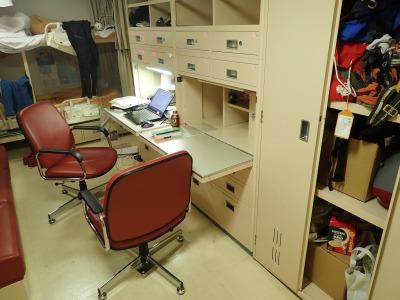 しらせのオフィス。中型ダンボール4個が優に入る棚と、衣装ロッカー、その他収納スペースは多いのもうれしい。