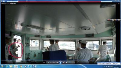 シドニー入港時の艦橋の様子。赤丸が舵と出力の表示ボード