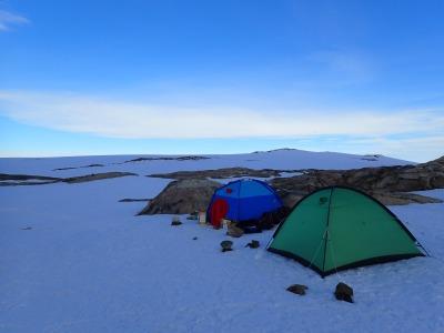 インステクレパネ、雪渓上でキャンプを張る。
