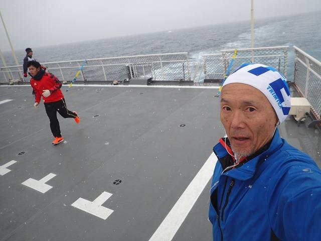 南氷洋夏景色:どんより曇った空が寒そう。南緯約60度。一路西へ