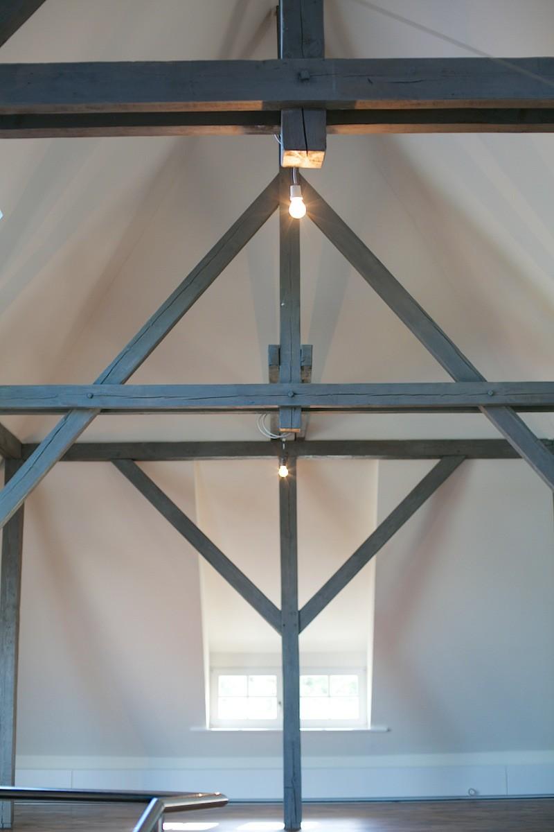 offene Balkenkonstruktion bis in den Giebel