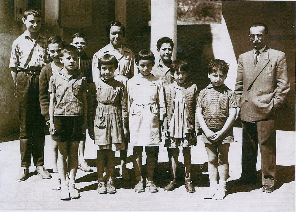 Ecole d'Aiglun - Germain LAGIER et Monique (deuxième à partir de la gauche au premier rang)