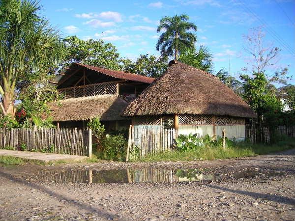 バス・カヌーを乗り継ぎ、ようやく「アグアノ」という小さな町に。ここにジャングルから降りてきたサラヤク族の陶芸家がいるとの事。