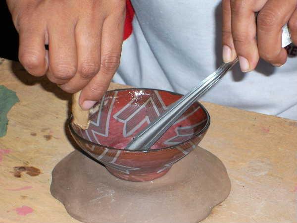 器が熱いうちに樹脂を塗り込む。こうしてサラヤクの器は完成した。
