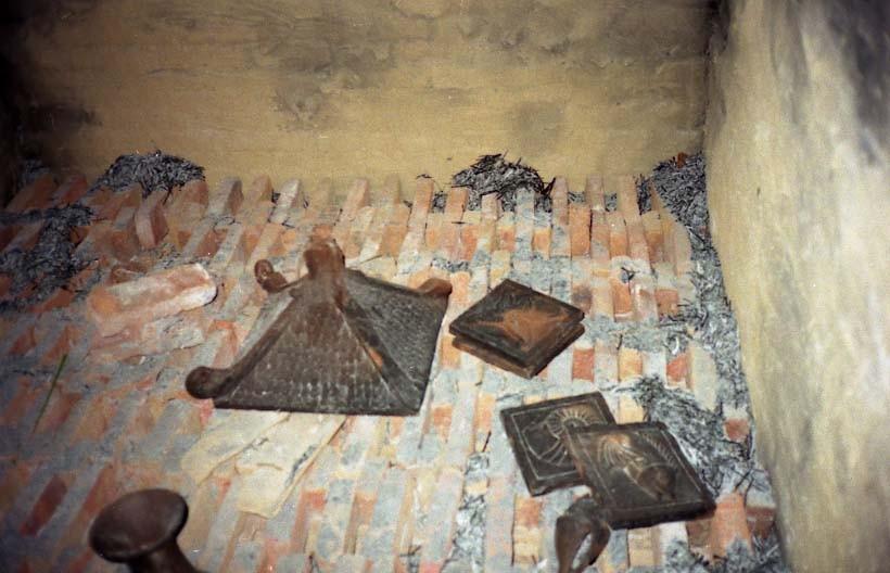 私の行っている「野焼き」の窯の構造、ここからヒントを頂戴したのが原点でした。