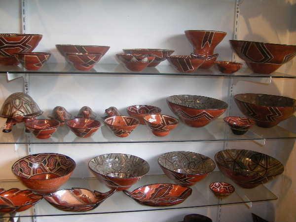エクアドルの首都、キトの器屋でようやく出会った「サラヤク族」の器。確かに土器でしたが、なんだこの軽さは?何軒もツアー会社を訪ね歩き、ようやく「サラヤクの陶芸家を知っている」というツアー会社を見つけ出し、ガイドと契約した。