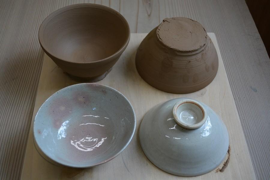奥の2つは実際に体験生徒さんがロクロ作陶した直後の作品。作陶翌日に手前側作品の様に底の高台部分を講師が削ります。