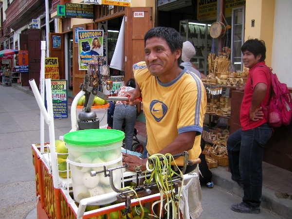 ピウラのシンビラという町にマネノ達と遊びに行った時の、オレンジジュースの屋台。南米のこの手の果物ジュースはおいしくて、個人的には牛乳入りパパイヤジュースが好き。ビタミン補給に、ほぼ毎日飲んでいました。