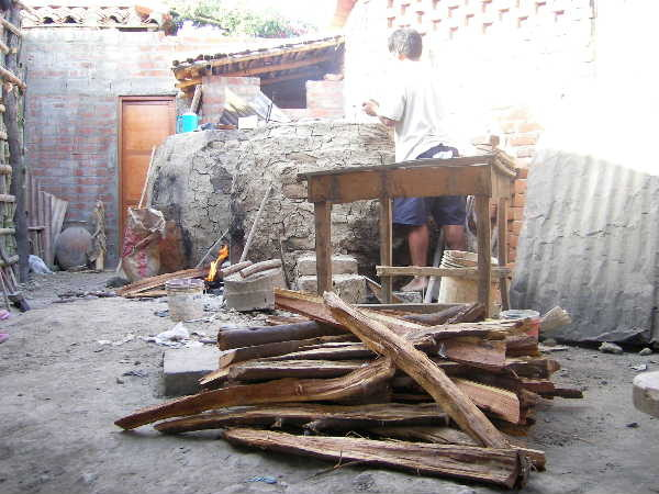 素焼き相当の温度でしか焼成しないので、この程度の薪で済む。目的温度帯での攻め炊きでは別の樹種の薪を使う。