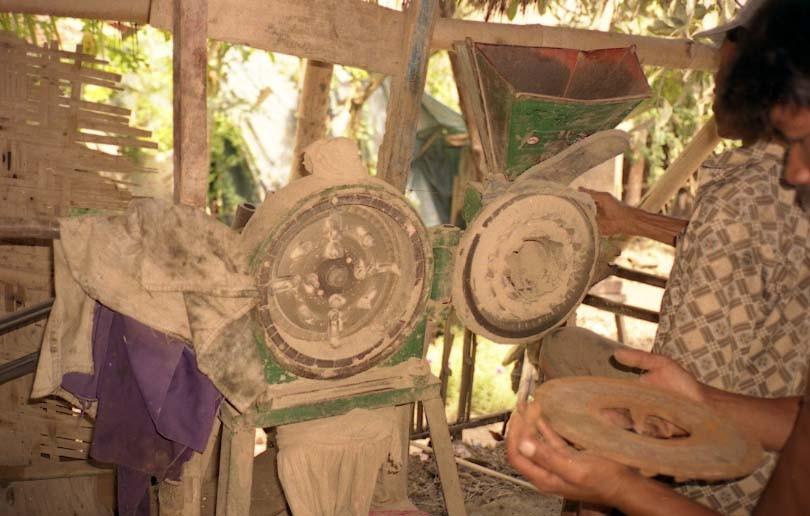 土練機というか、土の粉砕器。何かの農機具を改造した模様。周辺から掘った土を近所の陶工が砕きに来ます。重量で使用量が決まっていました。これ、今でも欲しい(笑)。