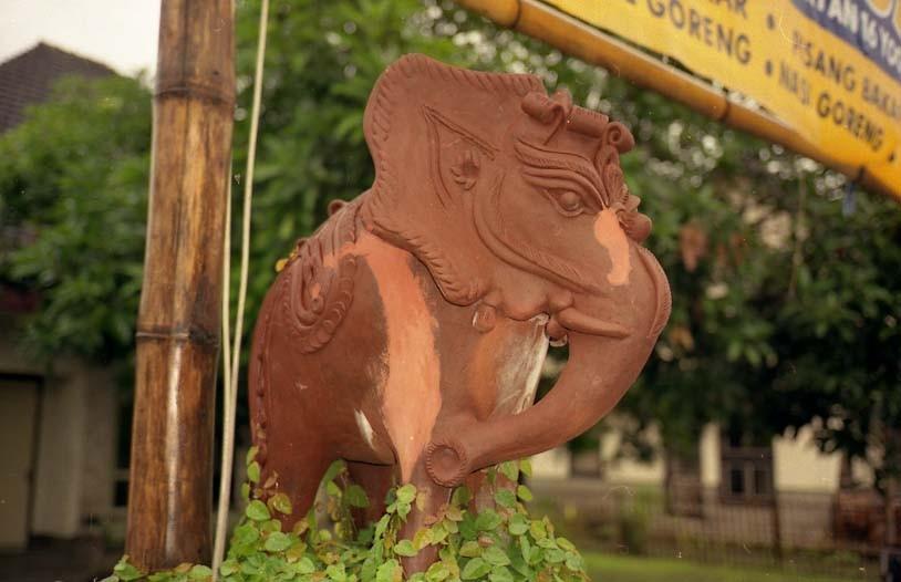ジョグジャカルタの町中に、こういう焼き物が門のところにポンと飾ってありました。