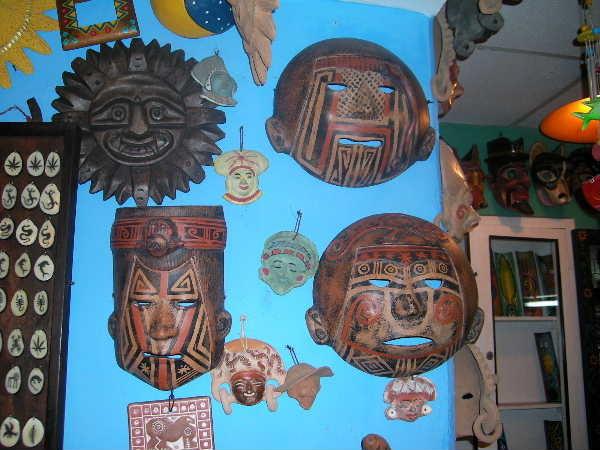 オタバロで見つけた雑貨屋の陶製お面。これもエクアドルのジャングルに住む部族の作品との事。