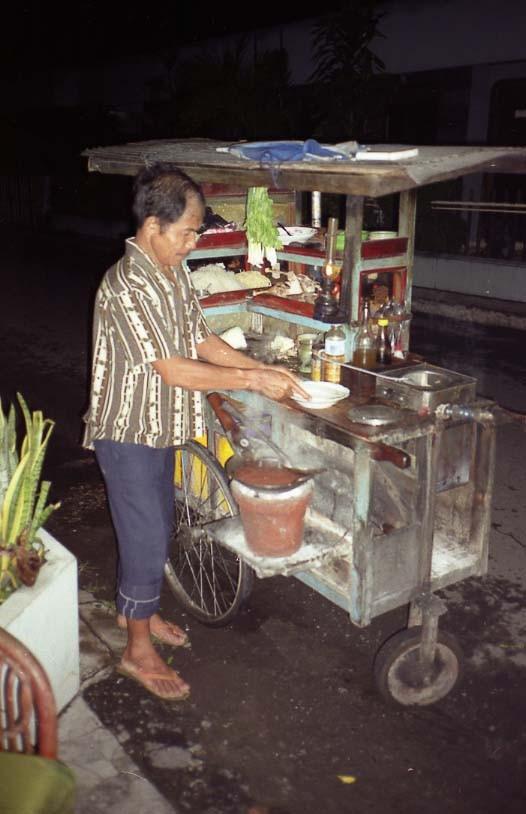 インドネシアの屋台。こういうトコロで食べるのが好きなんです。