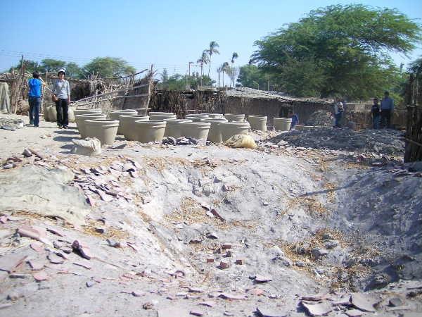 このでかい凹み、爆弾で開いた穴ではなく窯なんです。甕がでかいので、ここに甕を置き、薪を並べ、割れた土器片などで蓋をして焼成するそうです。このスケールの焼成、見てみたかった。