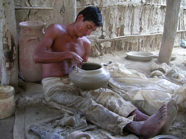 その息子さんも陶芸家です。左手の上で器を器用にクルクル回しながらロクロ成形をロクロ無しで行っていました。インカ時代の土器にロクロ目があるのに、ロクロが出土していない理由がわかりました。