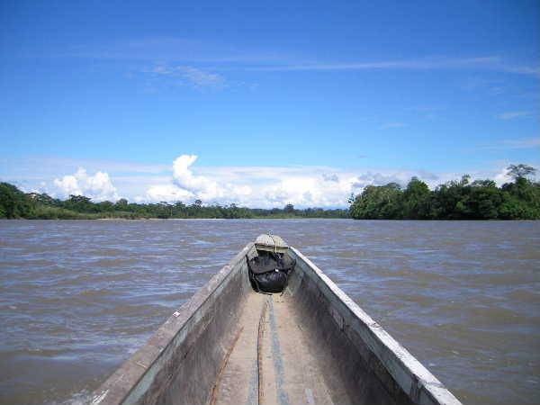 バスの終点の小さな町からアマゾン川の支流(と言っても千曲川よりもでかい!)のナポ川をエンジン付きカヌーで下って行く。