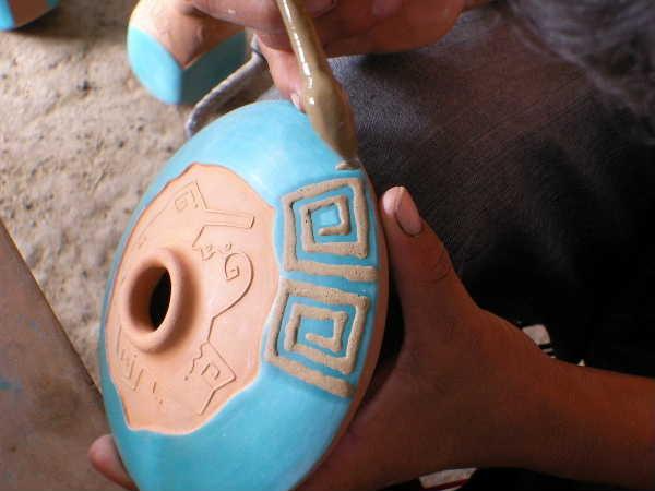 素焼き後に、器にデコレーションと呼ばれるマスキングを施して、色化粧素地を見せたい所にマスキング材を塗る。