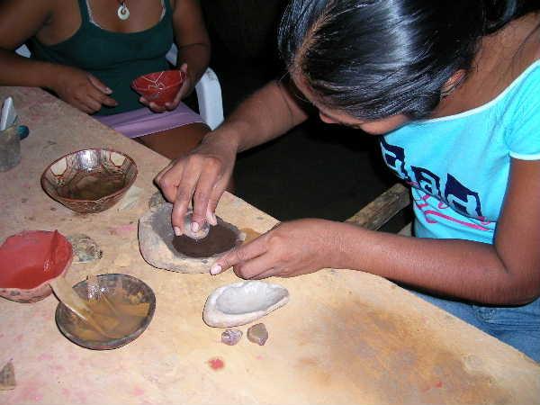 夕方、装飾の絵付け作業。原料の土や石を摺る。白と黒を使う。