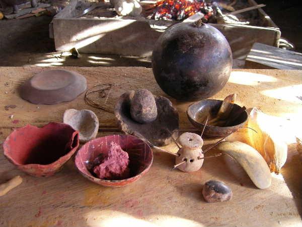 岩国さん著書のサラヤクの陶芸家に比べると使う道具は多い。コテは奥の椰子の実の様な物から切り取っている。我々の「鹿皮」に相当する物はコテ右に写っているトウモロコシの皮。すり鉢はその辺の石。赤化粧土はナポ川対岸から産出。筆は人間の髪の毛で、10歳位の子供の物がよいとの事。粘土の気泡を抜く作業には、竹の繊維を針の様に使っている。
