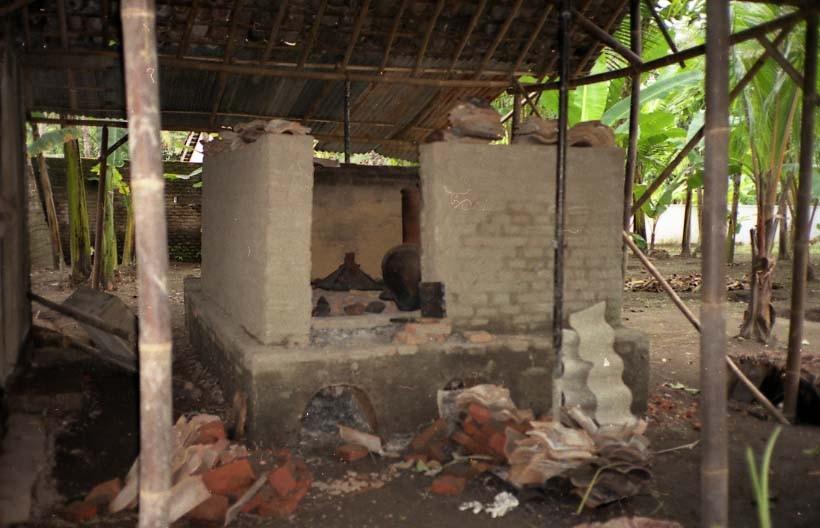 窯だし後でほぼ空っぽでした。焼成温度は素焼き程度との事。