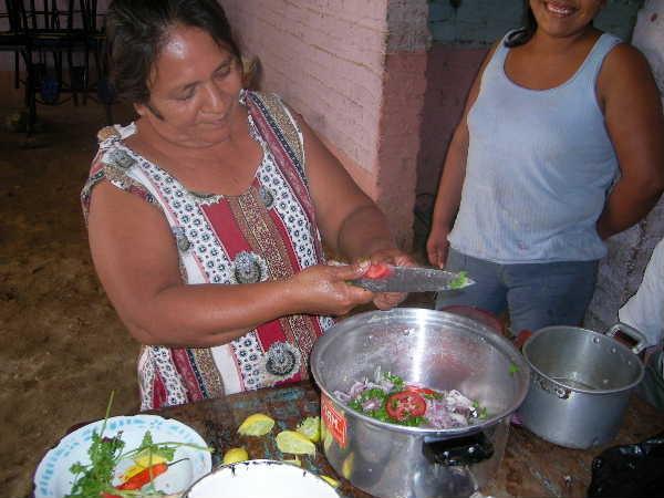 マネノ宅の隣のおばさんが、セビッチェという魚のマリネ料理を作っている所。海から遠くて暑いチュルカナスで、生のサバを食べるのは怖かったけど、一度喰ったら病み付きになりました。チチャという酒のツマミに最高!