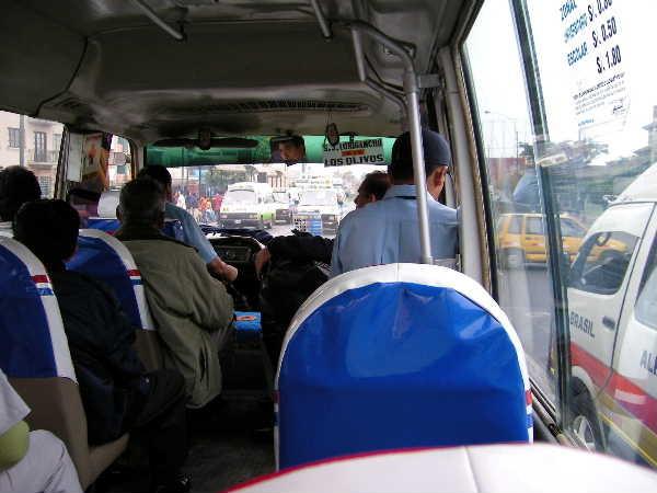 市内を無尽に走る乗り合いバス。庶民の足だ。昔はスリの溜まり場だったので、車内で撮影なんて論外だったのに。