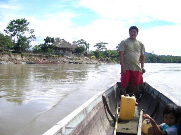 ようやくサラヤク族の作陶を見られたが、最終日朝にガイド逃亡。一人でカヌーを手配し、川を上る。後ろの川に削られた岸の上に建っている小屋に泊まっていた。2日目に集中豪雨で増水した時は、本気で怖かった。大きな樹が立ったまま目の前を流れて行くんですよ!?