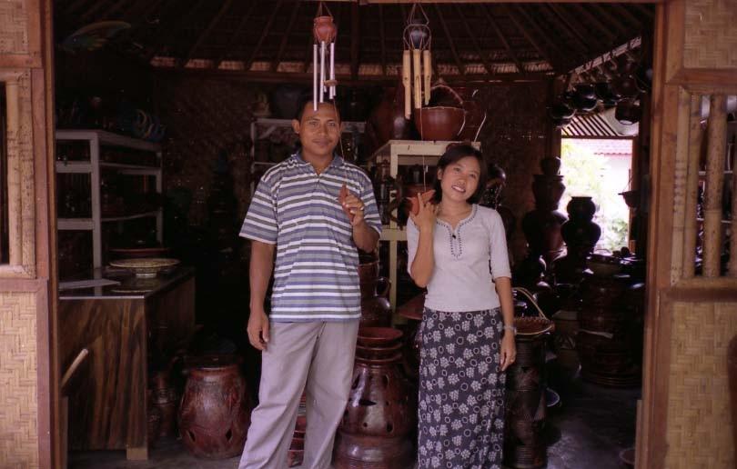 プヌジャという焼き物村のおみやげ店で、陶芸家情報収集。近所の陶芸家宅を何軒か案内してくれました。