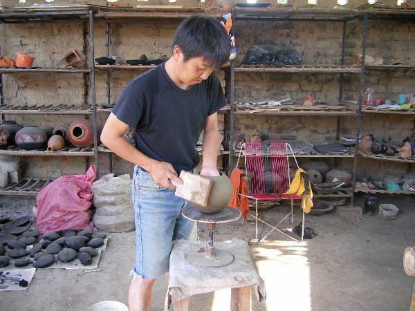 現地作陶中の私。ここの土は日本の市販粘土より切れやすく、最初は手こずりました。どうしても彼らの様に太ももの上では叩きにくいので、「いつものスタイル」で叩いてしまいました。
