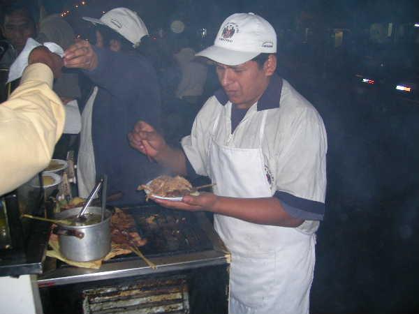 16年前に行った時は、リマ市内に屋台が多かった記憶があるが、今ではバスターミナル近くでようやく見る程度に。治安も当時より格段に良くなっていた。焼き肉の串焼きを食べる。