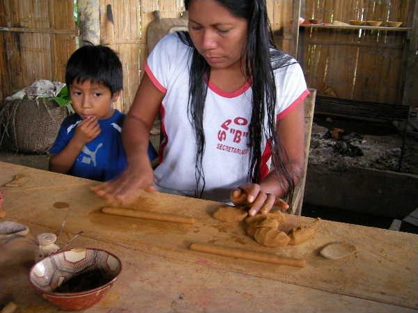 サラヤクの人達は女性が土器を作ると決まっている。今回訪れたのは、オルガという女性だ。実は専業陶芸家ではなく、日中は町に通勤して、秘書の仕事をしているとの事で、幸い公用語のスペイン語が通じるので直接意志の疎通が出来る!地元の人同士はほとんどケチュア語だからだ。出勤前後に作陶を見せていただいた。