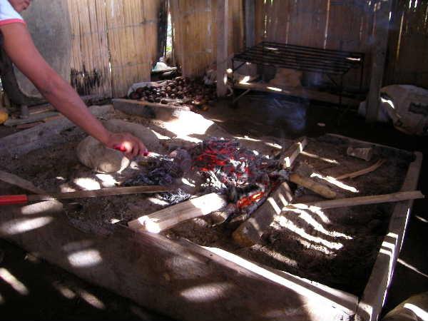 焼成開始から30分ほどすると火は消える。まだ熱い器を取り出す。