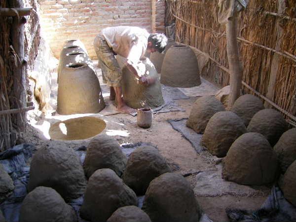 今度は同じピウラ県の「シンビラ」という村に、マネノが案内してくれた時の写真です。映画エイリアンの産卵場所の様なここは、チチャの大きな甕を生産する街ですが、今はプラスティック製品にその座を奪われつつあり、伝統技法が消えかかっています。