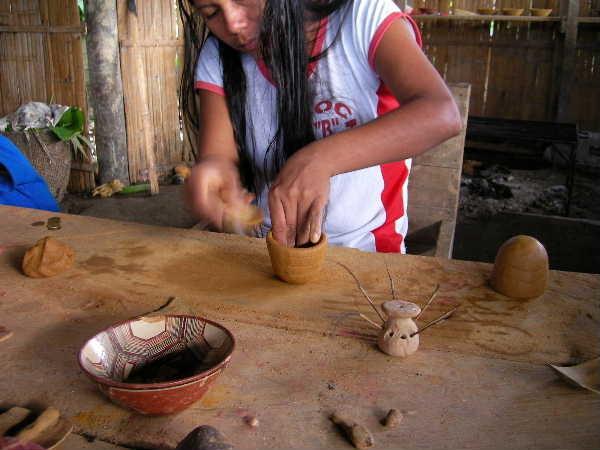 基本的にはひも作り。土もチュルカナスの物よりは扱い易い。