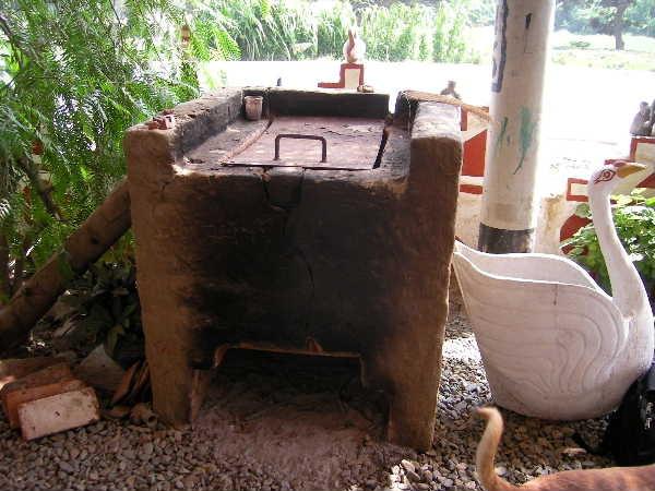遺跡日帰りツアーで立ち寄った陶芸家宅の窯。素焼き程度の温度なので、蓋が鉄板で済むのがうらやましい。窯横の白鳥は何者・・・?