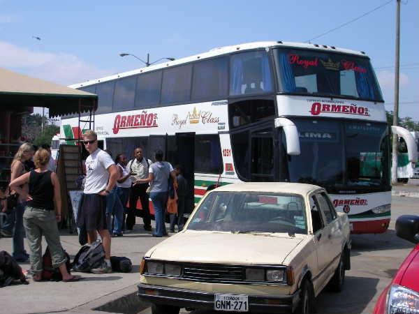 クエンカでクレジットカードをタクシーで紛失した影響で、帰路の飛行機代が足りずに陸路でジャングルからキト・グアヤキル経由で一気にリマまで戻る事になった。ほとんど丸3日間、バスに乗り続け。ちなみにエクアドルで乗った長距離バスのほとんどは、車内のトイレが故障中で使えないか、掃除したくなくて使わせないかのどちらか。ひどい時は9時間のバスでトイレ故障中って事も。それでいてトイレ休憩が全くない!どうするかって?乗客曰く「南米全部がトイレさ。」・・・