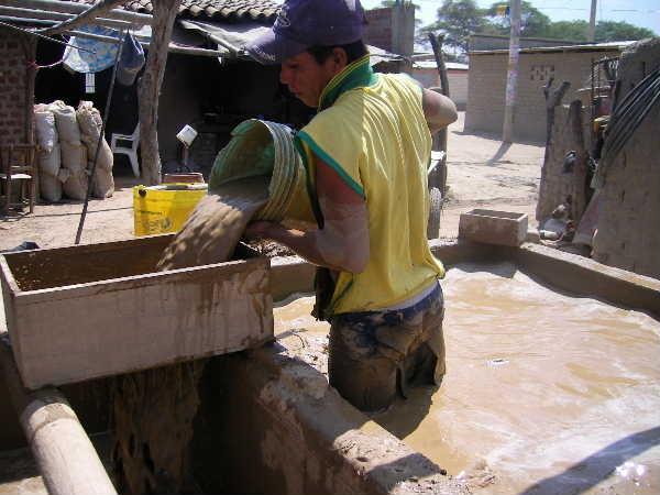 マネノはチュルカナス隣町のエンカンターダ(「神隠し」に相当する名前の様で、昔よく人が神隠しにあったからとの事)から粘土を購入しているとの事で、案内してもらった。この労働は非常に過酷だ。