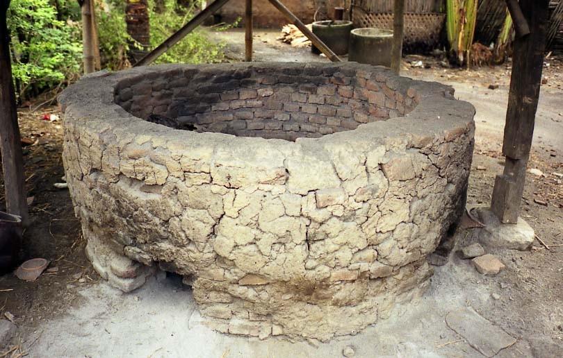 プヌジャでは露天での野焼きが主流ですが、屋根付きの窯を持つ作家も何人かいました。