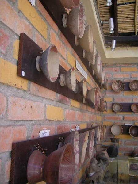 クエンカの博物館にて。高台のある高坏状の器が壁に並ぶ。