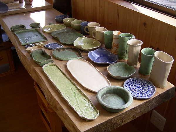 同じく白い粘土の作品。反りやすい長皿も反らずに仕上げます。分かる人には分かる高い技術力です!