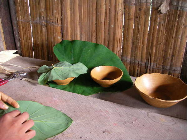 成形完了後、半乾燥させる。夕方化粧掛けするとの事。この葉がビニール袋に変わるのも時間の問題だろう。