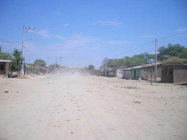クソ暑いチュルカナス。気温は40℃を超える。日中は人影もまばら。そんな所に陶芸の街はありました。