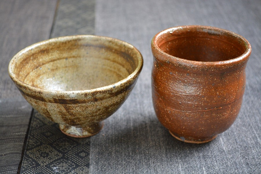 実際に体験生徒さんが作陶された作品です。1名様分の作品をご紹介します。湯呑みと少し小さめの茶碗です。