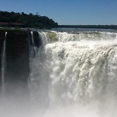 大迫力のイグアスの滝