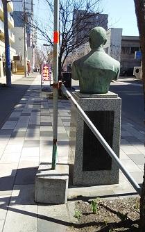 長濱萬藏像を背後から写した写真「歴史のあしあと」というサイトから転用しました。以下同様