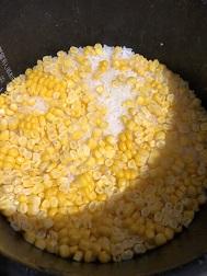この日は4合にトウモロコシ一本分で炊いたけれど、トウモロコシの量は自由に調整できる。
