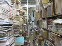 古書で溢れかえる店内。歩けません。