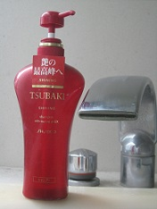 今もこの「赤ツバキ」の容器を愛用中(笑)
