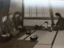 戦前の煎茶席 手前にあるのが煙草盆 一番奥が私の父